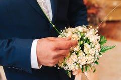 Groom держа кольца золота свадьбы Стоковое фото RF