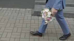 Groom идя к его букету свадьбы удерживания невесты в руке движение медленное видеоматериал