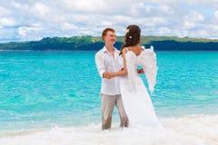 Groom и красивая молодая невеста с крылами ангела на se Стоковое Фото