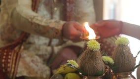 Groom и невеста крупного плана делают очищение огня Sacralic на свадьбе