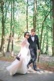 Groom и невеста совместно обнимать пар венчание сбора винограда дня пар одежды счастливое Красивая невеста и элегантный groom идя Стоковая Фотография
