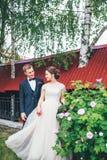 Groom и невеста совместно обнимать пар венчание сбора винограда дня пар одежды счастливое Красивая невеста и элегантный groom идя Стоковое Фото