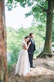Groom и невеста совместно обнимать пар венчание сбора винограда дня пар одежды счастливое Красивая невеста и элегантный groom идя Стоковая Фотография RF