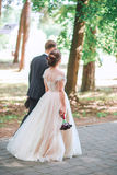 Groom и невеста совместно обнимать пар венчание сбора винограда дня пар одежды счастливое Красивая невеста и элегантный groom идя Стоковые Изображения