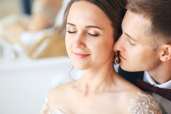 Groom и невеста совместно ювелирные изделия cravat пар кристаллические связывают венчание Закройте вверх по портрету Groom и неве Стоковые Фото