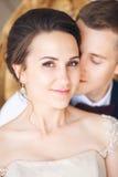 Groom и невеста совместно ювелирные изделия cravat пар кристаллические связывают венчание Закройте вверх по портрету b Стоковое Изображение
