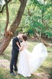 Groom и невеста совместно ювелирные изделия cravat пар кристаллические связывают венчание венчание сбора винограда дня пар одежды Стоковая Фотография RF
