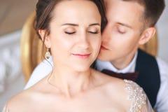 Groom и невеста совместно ювелирные изделия cravat пар кристаллические связывают венчание Закройте вверх по портрету b Стоковое Фото