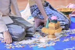 Groom и невеста с подносом подарка в традиционной тайской свадебной церемонии Концепция замужества Стоковые Фотографии RF