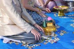 Groom и невеста с подносом подарка в традиционной тайской свадебной церемонии Концепция замужества Стоковые Изображения