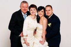 Groom и невеста с родителями стоковая фотография rf