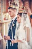 Groom и невеста с свечами Стоковые Фото