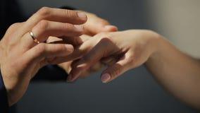 Groom кладет обручальное кольцо на палец невесты конец вверх сток-видео