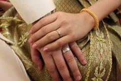 Groom конца поднимающий вверх положил обручальное кольцо на невесту Стоковые Изображения RF