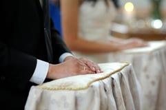 groom конца церков церемонии вручает s вверх Стоковое Изображение RF