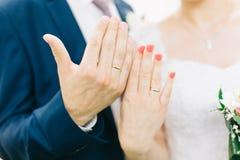 groom невесты вручает кольца Стоковое Фото
