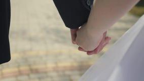 groom невесты вручает удерживание видеоматериал