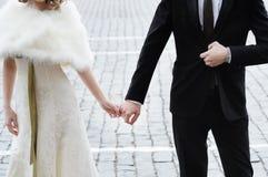 groom невесты вручает удерживание стоковое фото