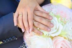 groom невесты вручает удерживание Стоковая Фотография