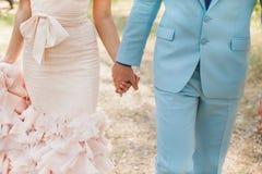 groom невесты вручает удерживание Стоковые Изображения