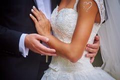 groom невесты вручает удерживание Стоковое фото RF