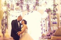 groom невесты обнимая Стоковое Изображение RF