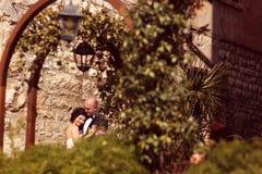 groom невесты обнимая Стоковые Фото