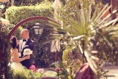 groom невесты обнимая Стоковое Фото