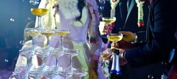 Groom невесты пар льет шампанское Стоковое Изображение