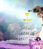 Groom невесты пар льет шампанское Стоковое фото RF