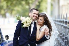 groom невесты счастливый ювелирные изделия cravat пар кристаллические связывают венчание Стоковые Изображения RF