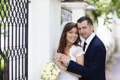 groom невесты счастливый ювелирные изделия cravat пар кристаллические связывают венчание Стоковое Изображение RF