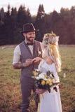 groom невесты outdoors венчание цветка церемонии невесты Свод свадьбы Стоковое фото RF