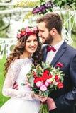 groom невесты outdoors Стоковое Изображение RF