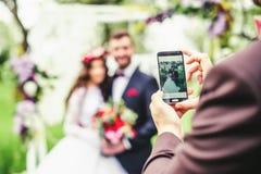 groom невесты outdoors Стоковая Фотография RF