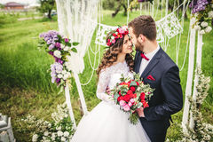 groom невесты outdoors Стоковые Фото