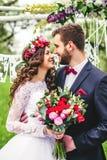 groom невесты outdoors Стоковые Изображения RF