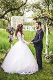 groom невесты outdoors Стоковые Изображения