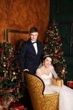 groom невесты outdoors wedding зима Жених и невеста любовников в украшении рождества Groom держа подарок Романтичный сюрприз для  Стоковая Фотография