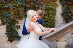 Groom нежно обнимает плеча ` s невесты стоковое изображение