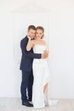 Groom нежно обнял невесту в квартире стоковая фотография
