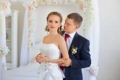 Groom нежно обнял невесту в квартире стоковая фотография rf