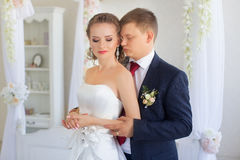 Groom нежно обнял невесту в квартире стоковые фотографии rf
