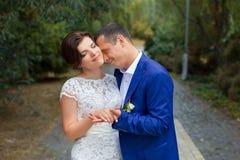 Groom нежно обнял невесту Стоковая Фотография
