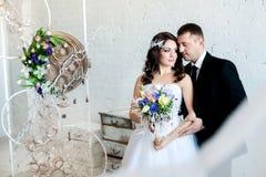 Groom обнимая его невесту стоковые изображения rf