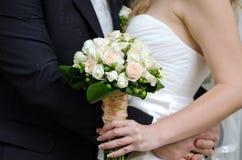 Groom обнимая его невесту Стоковые Фото