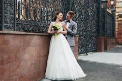 Groom обнимая его невесту Стоковое фото RF