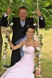 Groom отбрасывает невесту Стоковые Фото