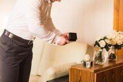 Groom получает готовым на его день свадьбы Стоковое Фото