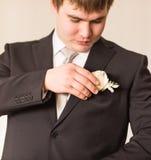 Groom получает готовым на его день свадьбы Стоковое фото RF